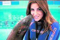 La Miss rociada con ácido por su ex regresa a trabajar con sus amados leones marinos