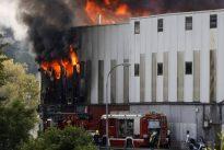 Un grave incendio en Guipúzcoa obliga a los bomberos a trabajar durante toda la noche