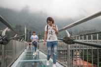 La pasarela de vidrio más larga del mundo suspendida sobre un acantilado