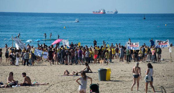 Más de 200 vecinos de la Barceloneta protestan en la playa contra pisos turísticos