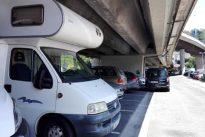 Prometían un «alojamiento minimalista» por 20 euros y resultó ser una caravana bajo un puente