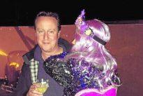 David Cameron en un festival junto a una admiradora de Corbyn