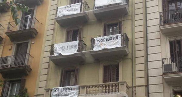 Polémica por el desalojo de dos fincas en el barrio de Sants de Barcelona