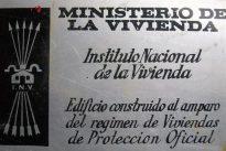 Carmena retirará las ayudas a las fincas que mantengan placas franquistas en sus portales