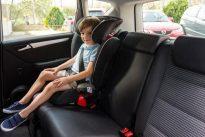 ¿Cómo deben viajar los menores en el coche?