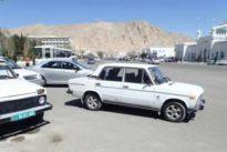 Turkmenistán prohíbe los coches negros y conducir a las mujeres porque causan «más accidentes»