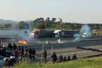 Estudiantes encapuchados cortan la autopista y queman neumáticos contra las tasas universitarias