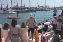 La Reina y sus hijas reciben al Rey tras la regata