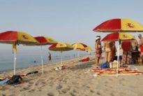 Plantan «sombrillas españolas» en la playa de Arenys de Mar