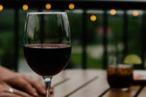 El vino tinto no se sirve a temperatura ambiente y otros errores básicos