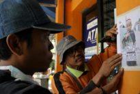 Rafli sigue buscando a su hijo Al Ghazali en las ruinas de Indonesia