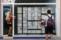 Cinco razones por las que acudir a una agencia a comprar una vivienda