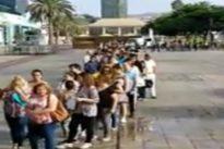 Vídeo: la reacción de una turista al ver una cola de parados en Canarias