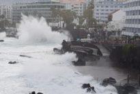 Vídeo: la marea se ceba con Tenerife y origina daños en viviendas y zonas turísticas