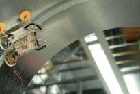 Así sube por las paredes y camina por el techo este mini-robot, el futuro de los motores