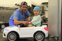 En coche al quirófano: la genial idea de una clínica de Bilbao que hace sonreír a los niños hospitalizados