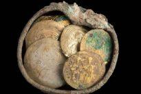 Hallan un cofre con un pendiente y unas insólitas monedas de la época de las Cruzadas en Israel