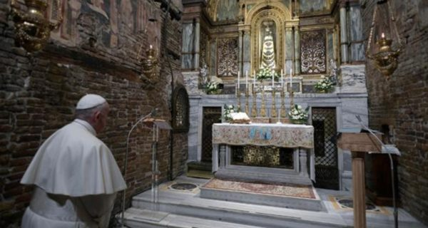 El Papa, en la casa de Nazaret: «Hoy, el matrimonio entre un hombre y una mujer asume una importancia esencial»