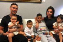 Acusan a Cristiano Ronaldo de «machista»: un balón para su hijo y una escoba para su hija