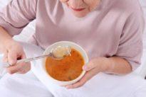 Comer a partir de los 75 años puede (y debe) seguir siendo un placer