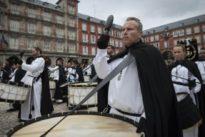 La tamborrada en la Plaza Mayor pone el broche de oro a la Semana Santa de Madrid