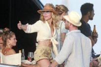 El fiestón de Elsa Pataky y Chris Hemsworth a bordo de un yate en Ibiza