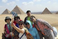 Detienen a un turista por fotografiarse con las nalgas al aire en las pirámides de Guiza
