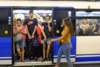 El metro, lleno en agosto: «Pensaba que habría menos gente, pero algunos no pueden ni entrar»
