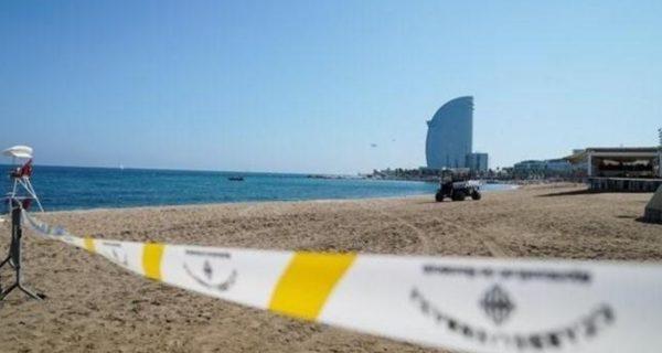Artificieros de la Armada detonan bajo el mar la bomba hallada en una playa de Barcelona