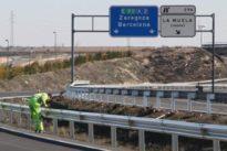 La autovía A-2, cortada durante más de ocho horas en Zaragoza tras volcar un camión cisterna lleno de gasoil