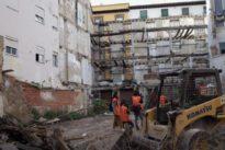 Zaragoza derriba una fachada que llevaba 15 años aguantada con un andamio