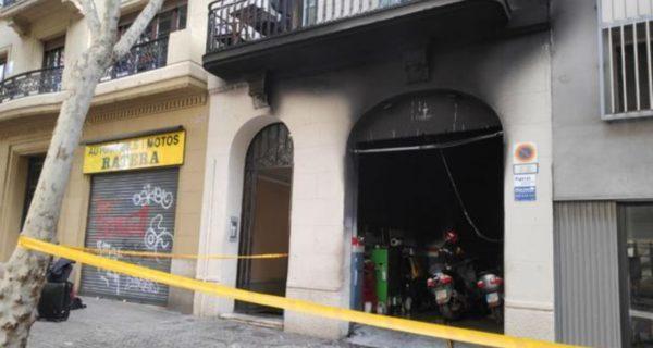 Un incendio en una estación de ITV de Barcelona obliga a desalojar varios edificios