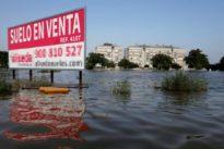 Buzos, helicópteros y agentes a pie buscan al holandés succionado por una acequia en Dolores (Alicante)